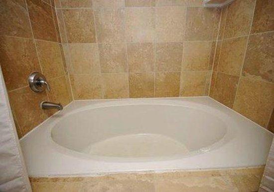 Quality Inn: Jacuzzi tub