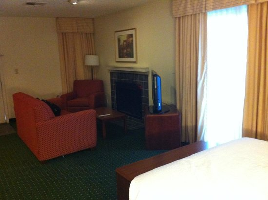 Hawthorn Suites by Wyndham Fort Worth/medical Center : camino e angolo tele