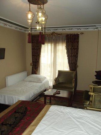 Rose Garden Suites Istanbul: Lit d'appoint ajouté à la hâte