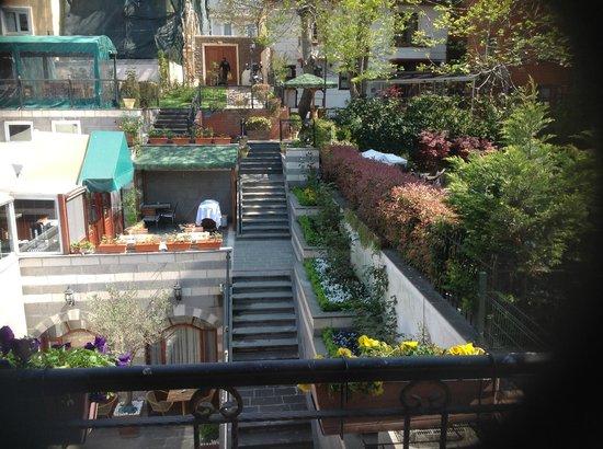 Rose Garden Suites Istanbul : le restaurant est à gauche; à mi-hauteur