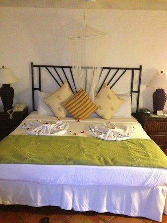 Windjammer Landing Villa Beach Resort: Bedding when we arrived