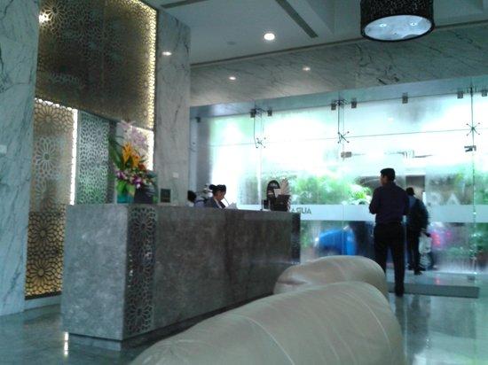 Goldfinch Hotel Mumbai : Main lobby....