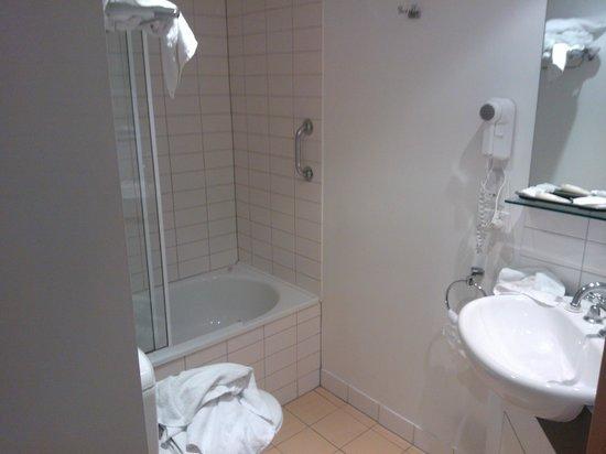 Hotel Ibis Melbourne Little Bourke Street: Bagno