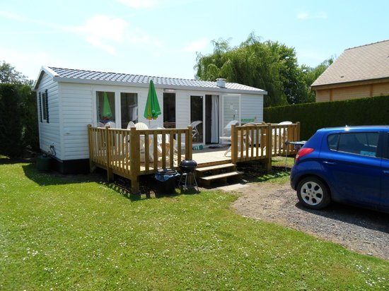 La Croix du Vieux Pont: Outside view of the EuroCamp Sunlight homes and our only day of Sunshine!