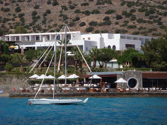 Elounda Bay Palace: вид отеля и пляжного бара с набережной