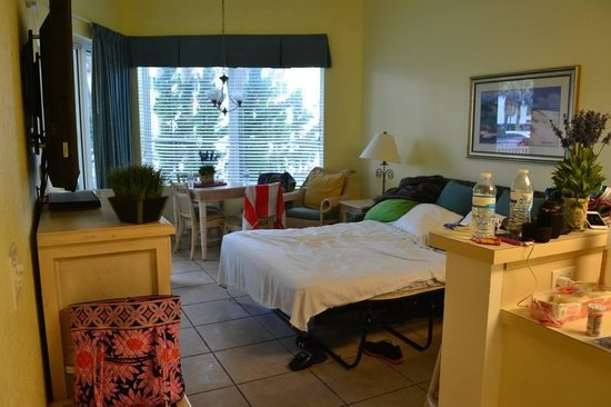 The Cove on Ormond Beach: The living room / extra bed