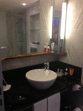 Le Meridien Parkhotel Frankfurt: Auch das Bad, mit Badewanne, sehr schön.