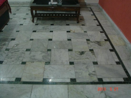 Hotel International: Marble floor in room