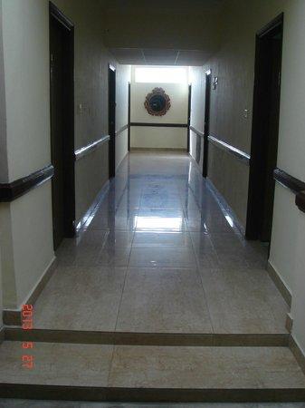 Hotel International: Lobby to rooms
