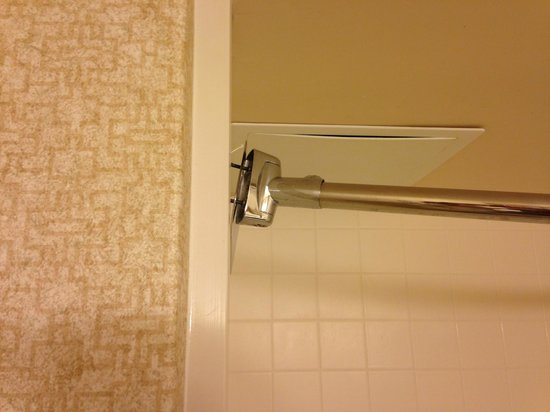 Wingate by Wyndham Allentown: Shower rod falling off of the wall