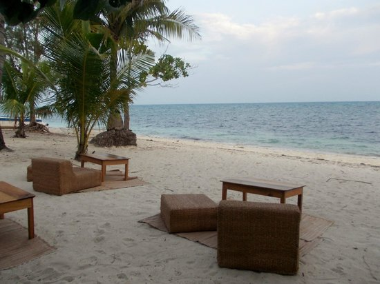 Hippocampus Beach Resort : Tables and chairs setup