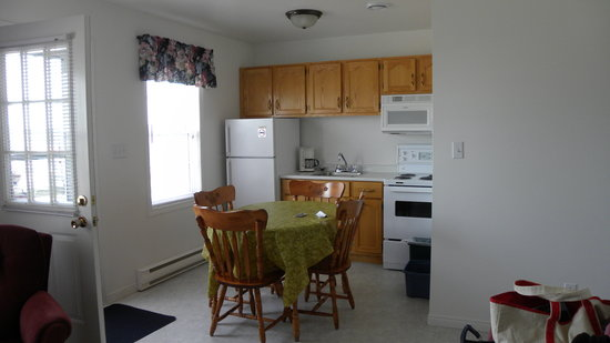 Midtown Housekeeping Cottages: Kitchen