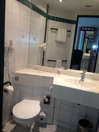 Mercure Hotel Duesseldorf Ratingen: Intelligent geschnittenes Bad - nicht groß, genug Ablagefläche.