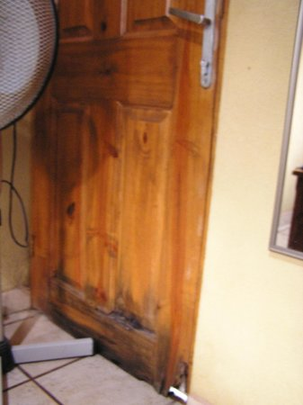 Zula Inn Aparthotel : Rotted door