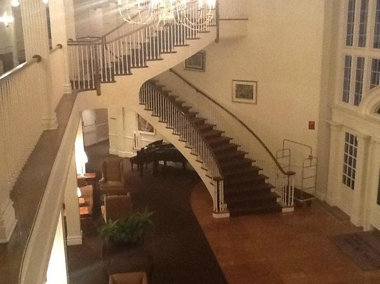 Avon Old Farms Hotel: Lobby stairway and piano