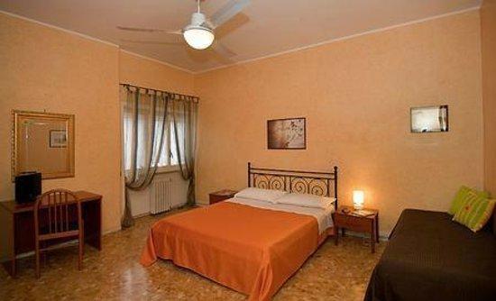 Teulada Domus: camera gialla,con bagno interno,tv,internet e ventilazione