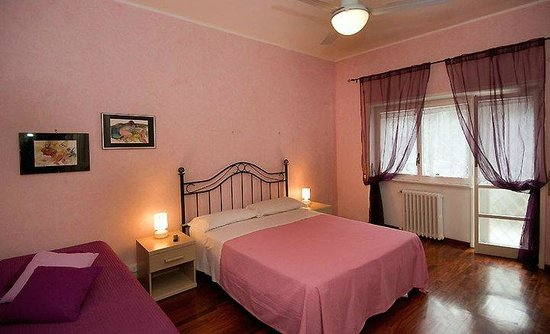 Teulada Domus: camera rosa con televisore,internet gratuito e ventilazione