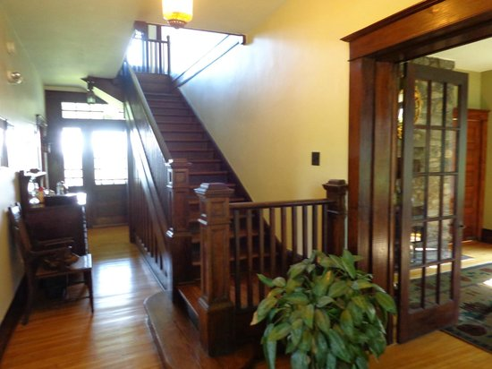 Laurel Lodge: Hallway & Staircase