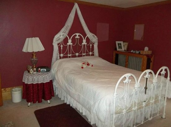 The Sawyer House Bed and Breakfast, Llc: Queen Anne's Lace Room