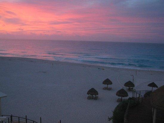 Sunset Royal Beach Resort: amanecer precioso