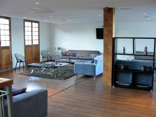 Hotel Loreto: Um dos agradáveis salões por onde se passa ao subir as escadas