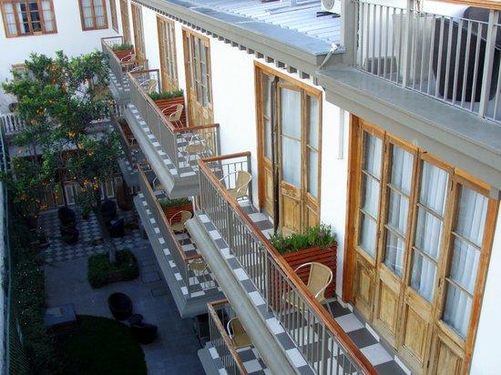 Hotel Loreto: Vista do pátio interno do hotel de cima do terraço.