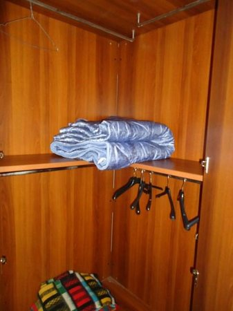 Hotel Silva: dirty quilt, inside the wardrobe and hangers to take trains to clean them new dust