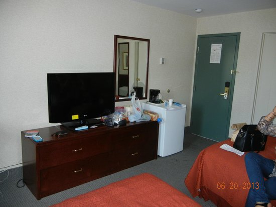 Quality Hotel Midtown: Inside the room. Note the nice big TV.
