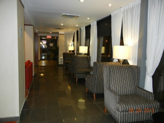 Quality Hotel Midtown: Hallway in lobby area