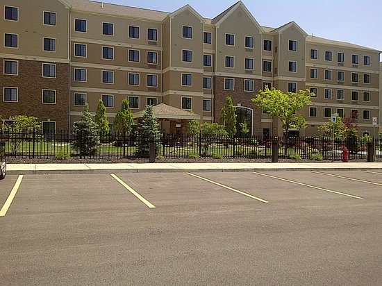 Staybridge Suites Syracuse/Liverpool : outside of th property, very nice.