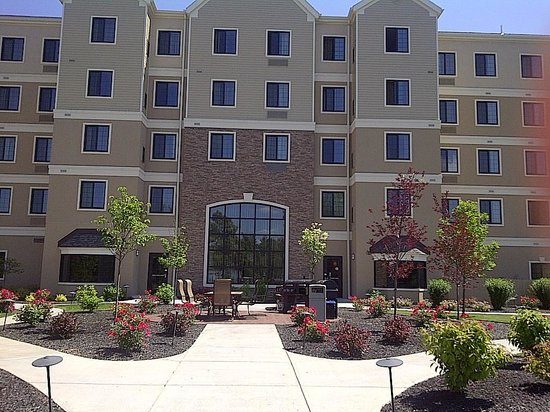 Staybridge Suites Syracuse/Liverpool : another shot outside very nice curb appeal.