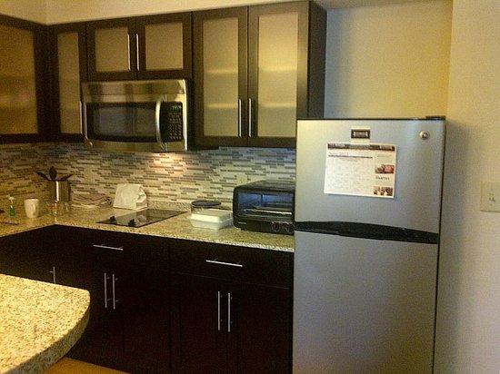 Staybridge Suites Syracuse/Liverpool : kitchen area.