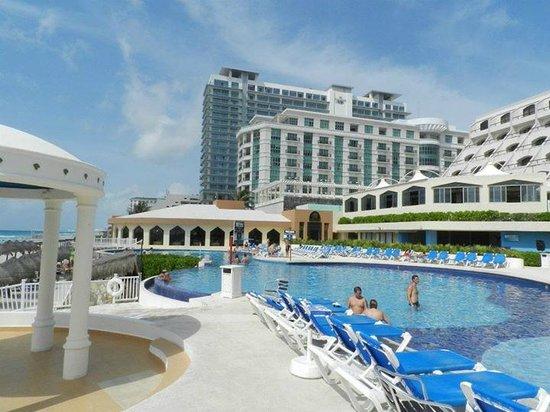 Golden Parnassus Resort & Spa: Piscina