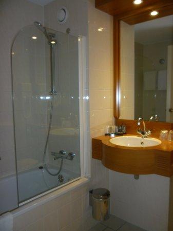 Salle de bain propre foto di inntel hotels amsterdam for Mr propre salle de bain