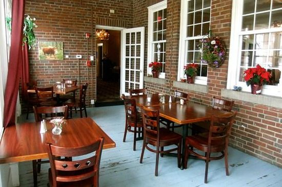 The Woodford Inn: Sunporch available for dining and breakfast.