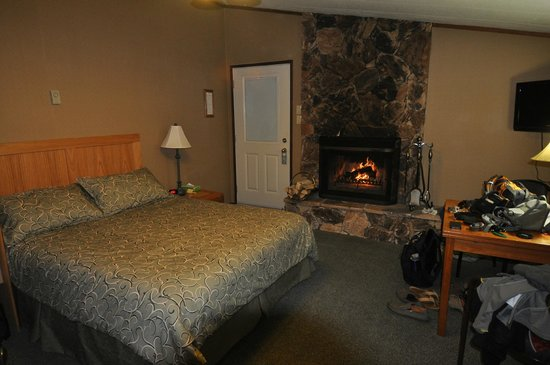 Sunwapta Falls Rocky Mountain Lodge: Cabin Style Room w/ Queen bed and fireplace #9A
