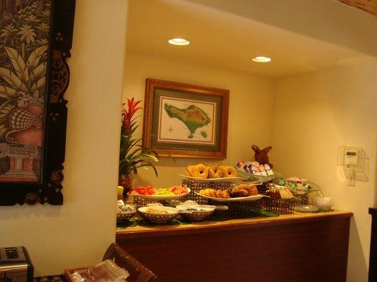 Pantai Inn: Breakfast, bagels, muffins and fresh fruit.  Yummy!