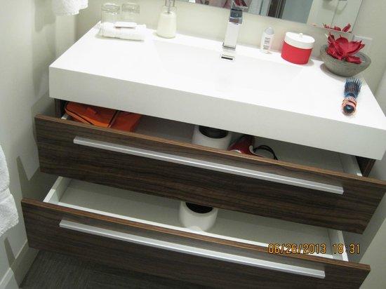 C3 Hotel art de vivre : tiroirs salle de bain très pratique!