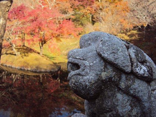 Yujaku Park : 池の狛犬も