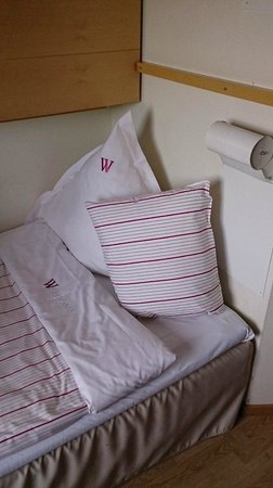 Welcome Hotel: Bed and pillows
