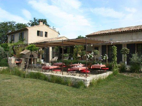Une Sieste en Luberon : Breakfast terrace with guests kitchen behind