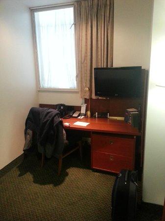 Club Quarters Hotel, Gracechurch: Desk/TV