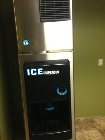 Best Western The Inn At The Fairgrounds: Ice Machine in Lobby