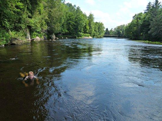 Scandinave Spa Mont-Tremblant : nager contre le courant de la rivière