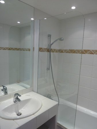 Le Mozart Hotel : Clean and modern bathroom
