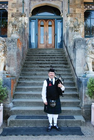Larnach Castle Lodge: Entrance to Castle with piper.