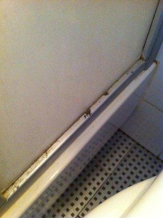 Hotel Vieille Tour : Cabine de douche