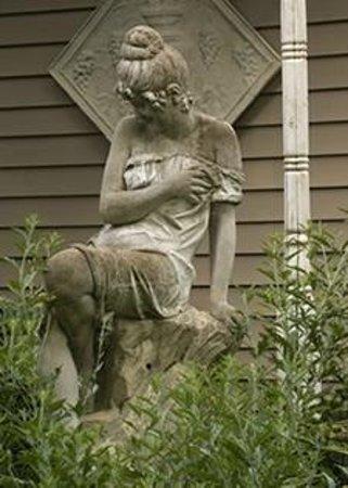 Centralia Garden Estates Bed & Breakfast : Garden Statue