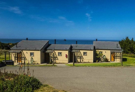 Fort Ross Lodge: Cabins with view.