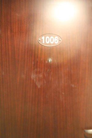Monroe Hotel: the door is durty